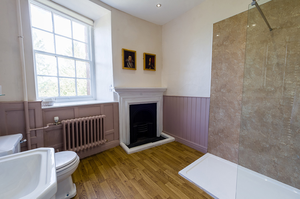 Spacious bathoom in the Thanet bedroom at Appleby Castle
